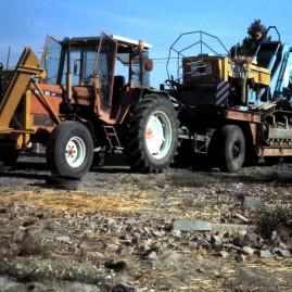 (1989) Premier équipement: Tracteur Renault 951 avec lame de rebouchage, porte-char et draineuse Barth K201