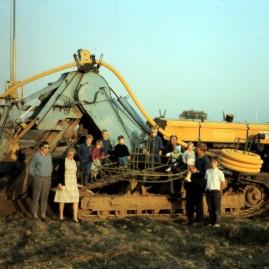 (1989) Photo de famille devant la première draineuse acquise (Barth K201)